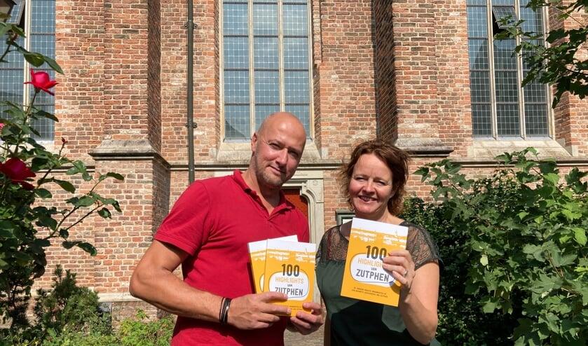 Brigiet Bluiminck en Berthil van den Brink zijn de initiatiefnemers van het boek '100 Highlights van Zutphen'. Dit is vanaf heden te koop en kost 12,50 euro. Foto: Berthil van den Brink