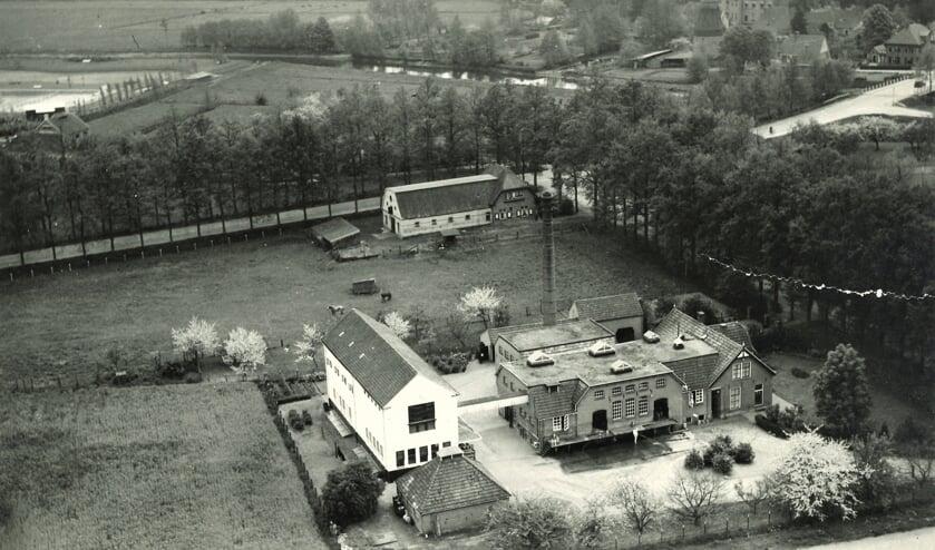 Luchtfoto van de Lochemse Coöperatieve Zuivelfabriek aan de Stationsweg. Op de achtergrond de Goorseweg. Het Twentekanaal was er nog niet. Foto: collectie Erwin Stegeman/FrieslandCampina
