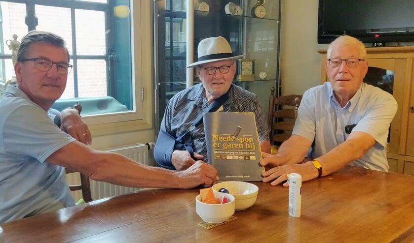 <p>Rob Weeber, Rens van der Heijden en Jan Hondelink met Neede spon er garen bij. Foto: Rob Stevens</p>