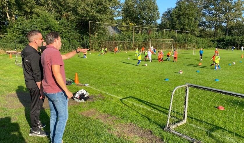 <p>DEO haalt Sander Siebelink (r) binnen voor talentontwikkeling bij de jongste jeugd. Foto: PR</p>