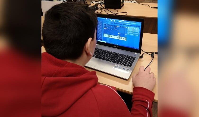Produceren van een track tijdens Beats the School. Foto: PR