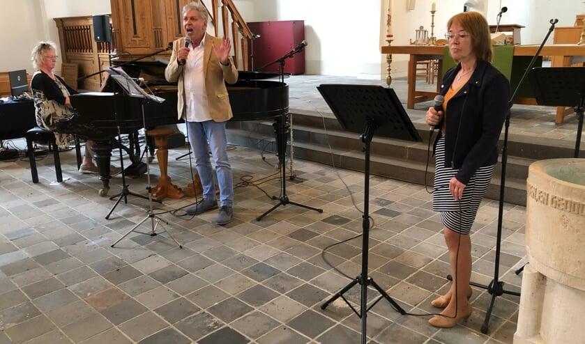 <p>Full House en Friends treden op in de Steenderense Remigiuskerk. Eigen foto</p>