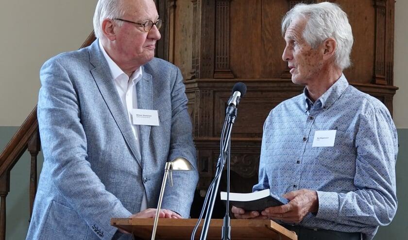 Hoofdredacteur Willem J. Ouweneel (links) overhandigt het eerste exemplaar van 'Weg van Oolde' aan Ben Wagenvoort uit Eefde. Foto: PR