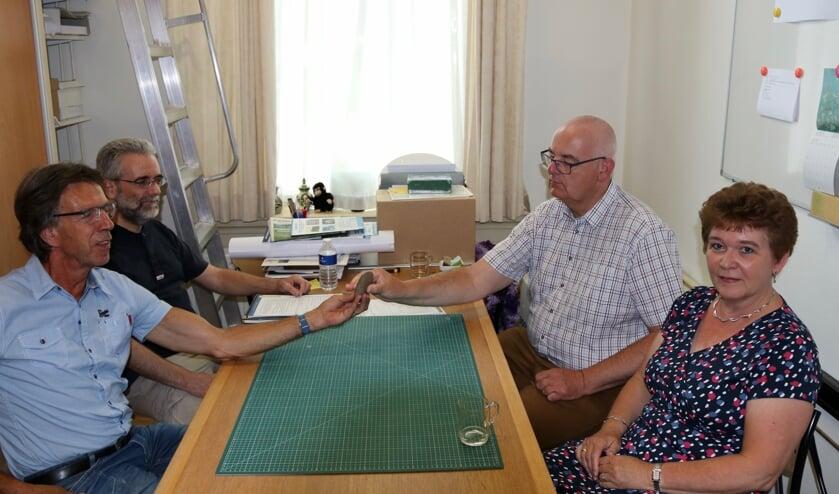Wim Lammers overhandigde de stenen bijl in het bijzijn van zijn vrouw aan de voorzitter van Stichting de Scheper. Foto: PR