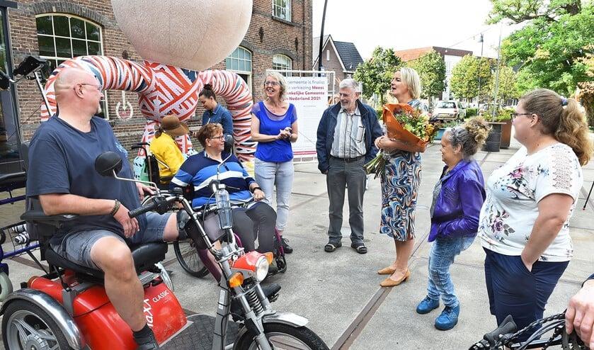 Werkgroepleden Onbeperkt Meedoen (Sandra Gosseling) in gesprek met wethouder Janine Kock toen de finaleplaats bekend werd gemaakt.