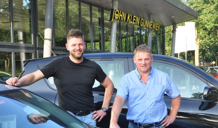 <p>Han Helmers (l) en John Klein Gunnewiek gaan samen verder onder de naam Gunnewiek-Helmers Autobedrijf. Foto: PR</p>
