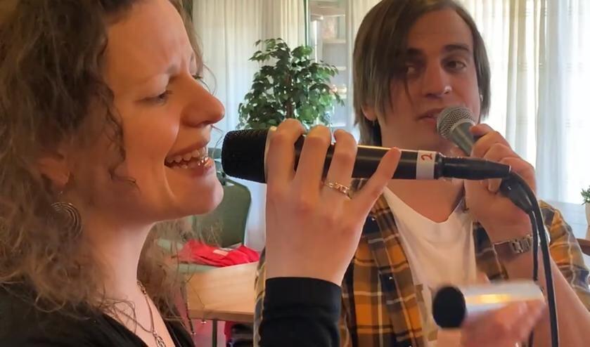 Nardi en Joren Strijbos uit Gelselaar zingen tijdens de lockdown een lied in voor de online Meet-Inns. Foto: PR