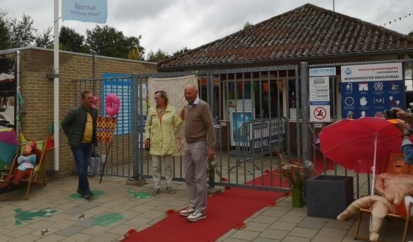 <p>De fotodoeken worden onthuld door bestuursleden André Bijenhof, Willemien Kamphorst en voorzitter Jaap van de Vosse (v.l.n.r.). Foto: PR Zwembad Steenderen</p>