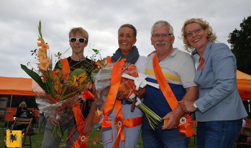 <p>Twee jaar geleden werden jeugdkoning Jurre Grob, koningin Christa Meulenveld en koning Bennie Bokstart door voorzitter Ineke Nijen Es van Oranjevereniging Ruurlo (vlnr) gehuldigd. Foto: PR &nbsp;</p>
