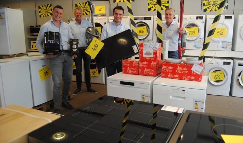 <p>Jan Witteveen (r) en Kasper van Bindsbergen (l.) met medewerkers in de Obbink-winkel in Ruurlo. Foto: Achterhoek Nieuws</p>