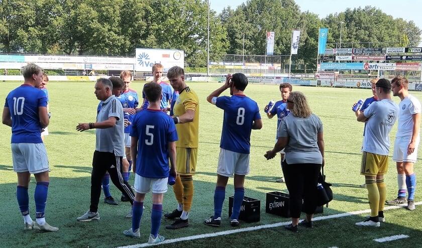 Een drinkpauze tijdens de bekerwedstrijd Grol 1 – FC Suryoye 1. Foto: Theo Huijskes