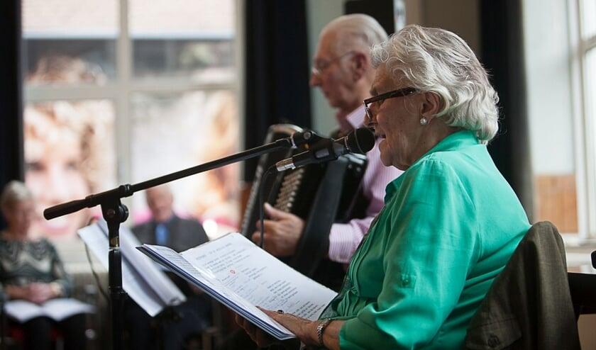 <p>Dick Wagenvoort en zijn zus Rikie Wagenvoort-Walgemoet nemen samen de leiding tijdens de zangbijeenkomsten. Foto: Ronald Falke</p>