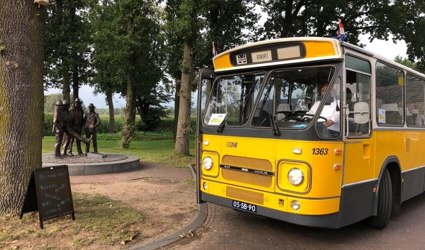<p>De busroutes werden bijzonder gewaardeerd door de gasten van de Zonnebloem; ze maakten mooie stops, zoals hier bij het Normaal-monument in Hummelo. Foto: Margo van Steen</p>