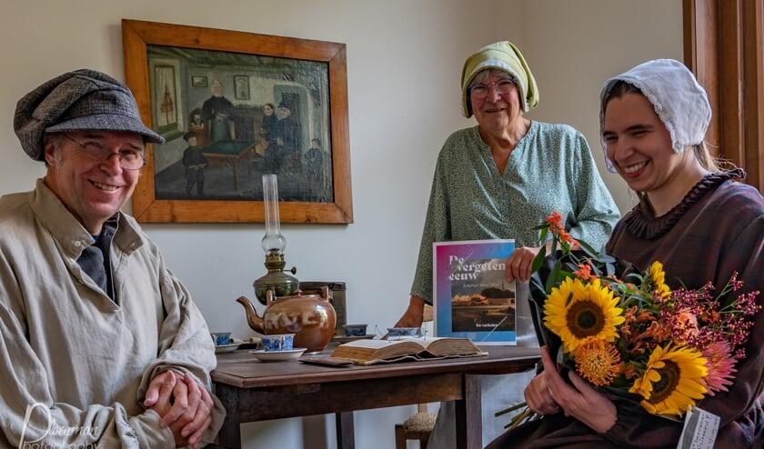 De duizendste bezoeker Peter Meertens en familie, samen met gastvrouw Mies van der Schuyt (midden) in de stijl van de negentiende-eeuwse eeuw in het David Evekinkhuisje. Foto: Paul Ploegman/Gilde Zutphen