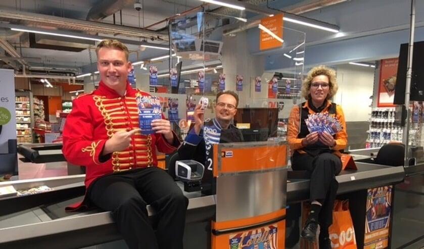 <p>Yoshi Berends en Lennart Schoppers van Circus Lorelly met Monique van der Voort van de Coop Vorden. Foto: PR</p>