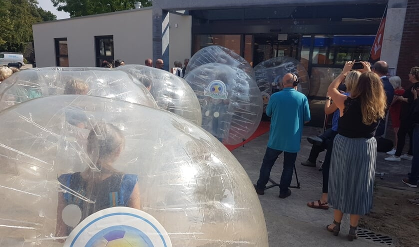 Kinderen in bubbels wijden de bibliotheek in. Foto: Mark Ebbers