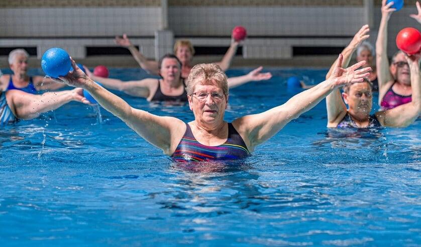 Veel mensen zijn blij dat ze weer kunnen bewegen in het water. Foto: Kees-Jan van Overbeeke