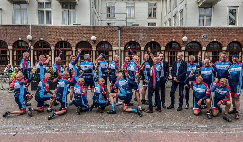 <p>Wielrenners van Toerclub Steenderen gingen op de fiets naar Schiermonnikoog om hun kleding te presenteren aan hun sponsor. Foto: TC Steenderen</p>