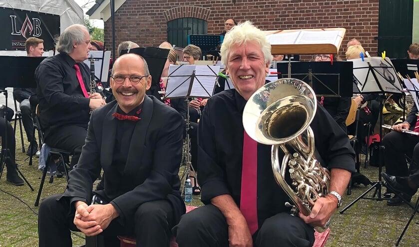 <p>Dirigent Sander Waamelink en Henk Wesselink verheugen zich op het concert. Foto: Fréderique van den Berg</p>