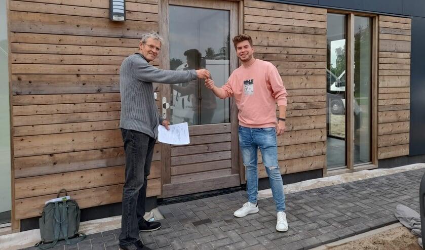 <p>Peter van Heek overhandigt sleutel aan Jorn. Foto: Bennie Bruggink</p>