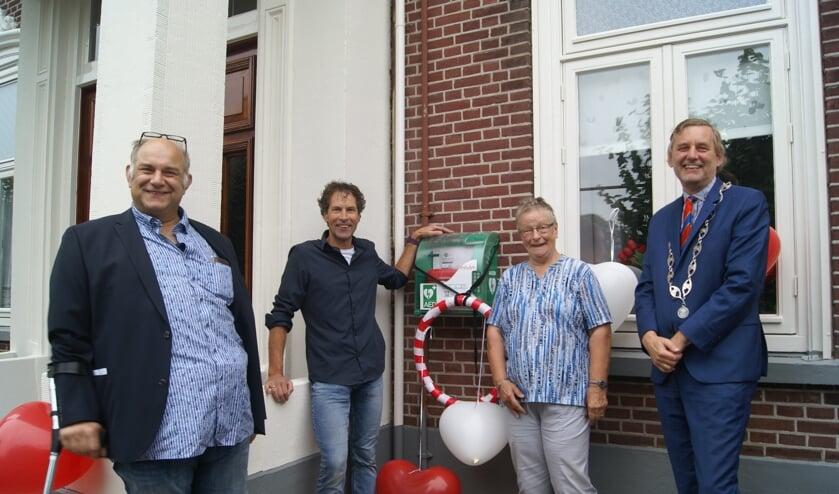 <p>Van links naar rechts: Willem Stoelhorst, Frank Roos (Cederhof), Rika Geurink (bewoonster Cederhof) en Anton Stapelkamp. Foto: Eva Schipper</p>