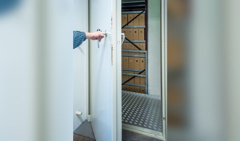 <p>Deze deur blijft normaal gesloten voor publiek, maar tijdens Open Monumentendag mag je wel in het depot van het Regionaal Archief komen, helemaal alleen. Of is er toch nog iemand &hellip;? Foto: Erfgoedcentrum Zutphen</p>