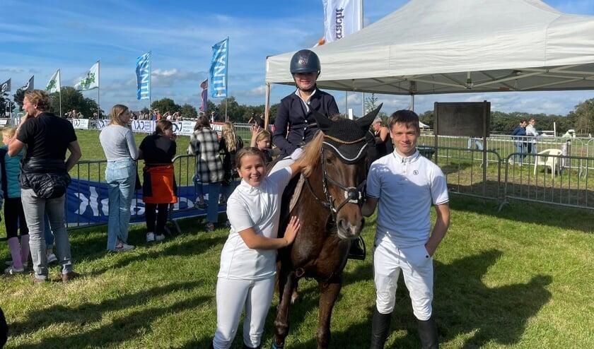 Britt Tijhuis, Chiel Roelink en Rosalynn Roelink tijdens het concours in Varsseveld. Foto: PR