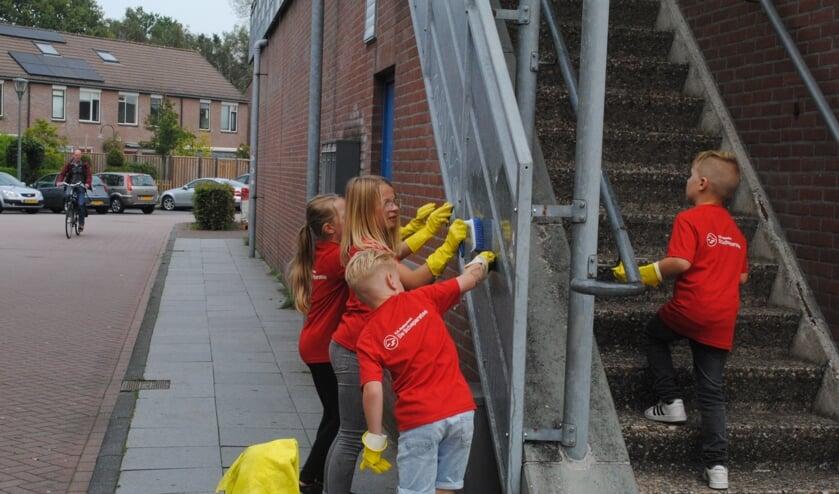 <p>De leerlingen maken de buurt, waaronder winkelcentrum Dreiumme, schoon. Foto: Will vd Brand</p>