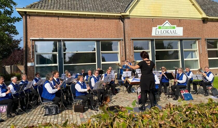 <p>Harmonie Nieuw Leven speelt bij Dorpshuis 't Lokaal in Olburgen. Foto: Mike de Boer</p>