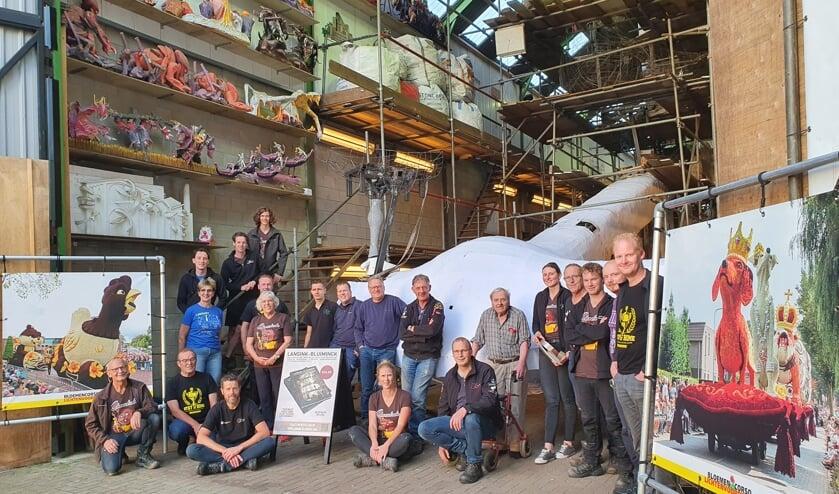<p>Een deel van de harde kern bouwers staand voor het geraamte van &#39;Schijtbeesten&#39;, geflankeerd door huzarenstukjes die de groep eerder leverde, met links &#39;Chocolade&#39;, de beste corsowagen van Nederland 2019. Foto: Henri Walterbos</p>
