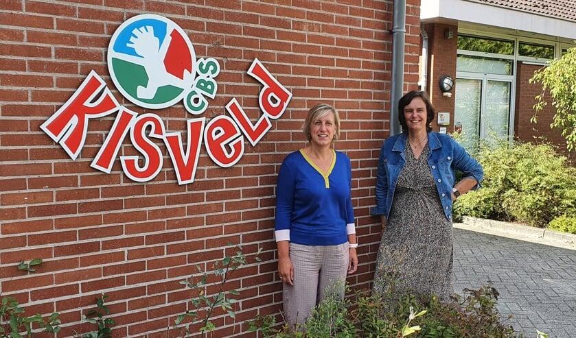 Directeur Linda Tukkers (r) en locatieleider Margriet Koning van basisschool Kisveld. Foto: Rob Weeber