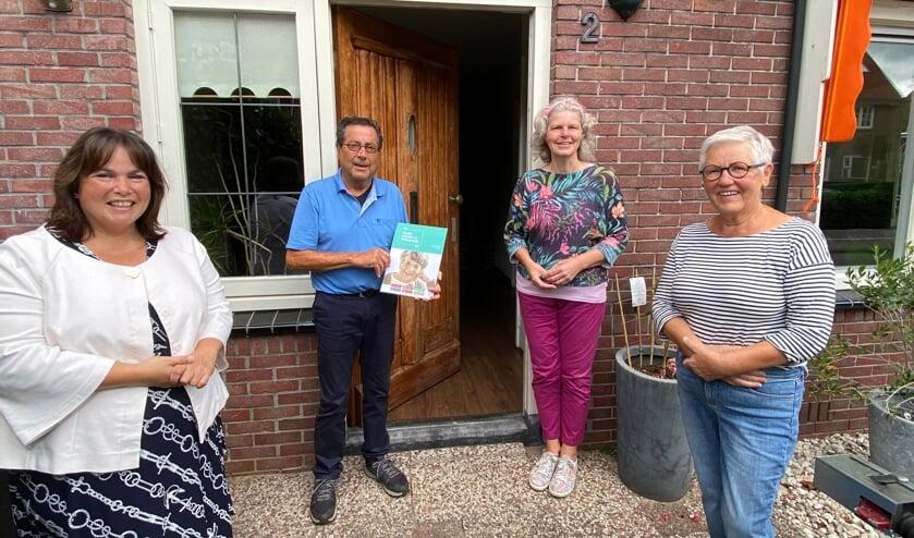 Op de foto van links naar rechts: Wethouder Elvira Schepers, de heer Konings, Claudia Bosscher (Coördinator Ouderenadviseurs de Post) en Martje Haan (Vrijwillige Ouderenadviseur). Foto: PR