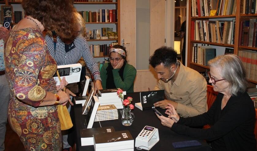 Ozcan Akyol signeert zijn boeken. Foto: Leo van der Linde