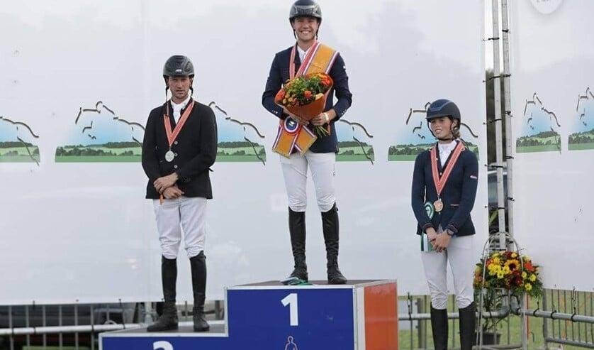 De Nederlands kampioen Gert-Jan Heinen op de hoogste trede van het podium, Stephan Hazeleger (links) en Janine van Sommeren (rechts). Foto: Jacquelien van Tartwijk