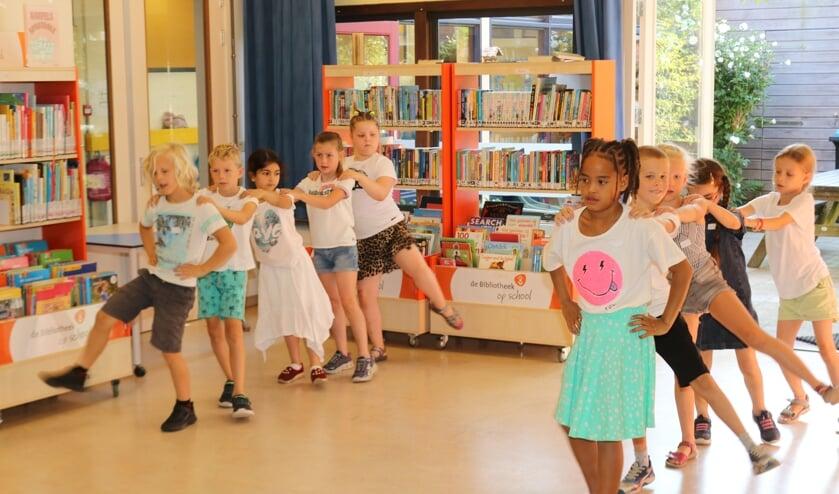 <p>Leerlingen zijn druk bezig met danspasjes voor de grote uitvoering. Foto: Arjen Dieperink</p>