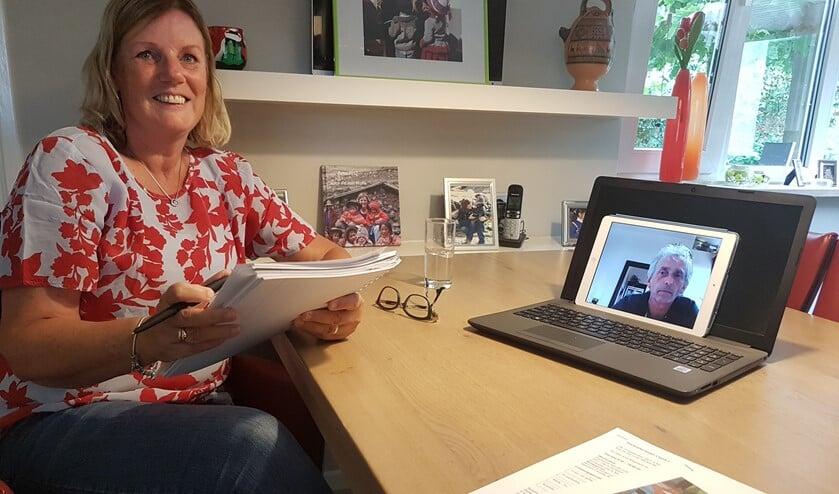 <p>Anja Eppingbroek vorige maand met Ad van Gestel (via het beeldscherm) bezig met de voorbereiding van de sponsorrit. Helaas moesten ze de tocht afblazen. Foto: Mark Ebbers/Achterhoek Nieuws</p>