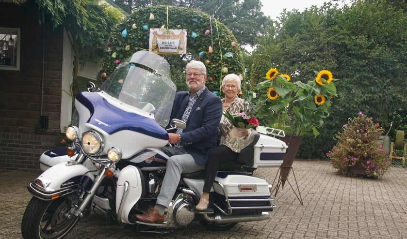 <p>Diamanten echtpaar Johan en Bertha Hoftijzer-Vink op de Harley. Foto: Frank Vinkenvleugel</p>