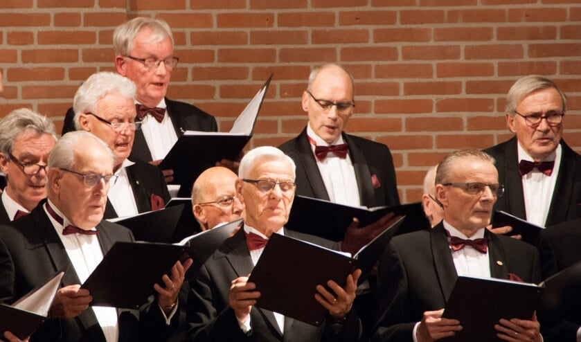 <p>Kerstuitvoering van het Borculo&rsquo;s Mannenkoor met midden achter Jan Boekestijn. Foto: PR</p>