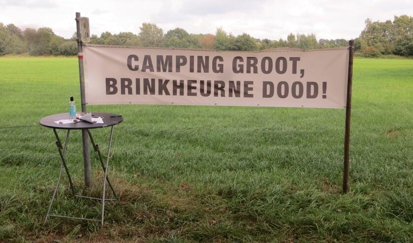 Een spandoek tegen de uitbreiding van de camping. Foto: Bernhard Harfsterkamp