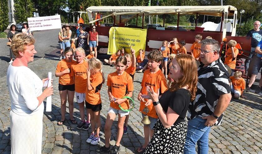 <p>Basisschool de Wegwijzer in actie. Links wethouder Ria Ankersmit. Foto: Roel Kleinpenning</p>