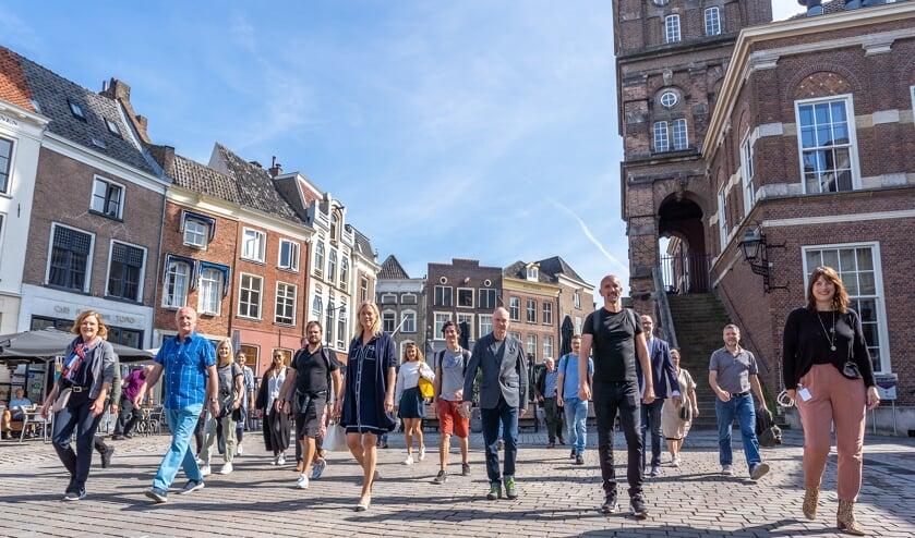 <p>Burgemeester Vermeulen en wethouder Eva Boswinkel ontmoetten het team wetenschappers afgelopen maandag bij een stadswandeling door de binnenstad Zutphen. Foto: Jolanda van Velzen/gemeente Zutphen</p>