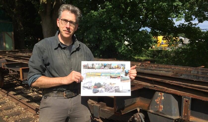 <p>Ronald Wopereis met een visual van de plannen voor het monumentale GOLS-station. Foto: eigen foto</p>