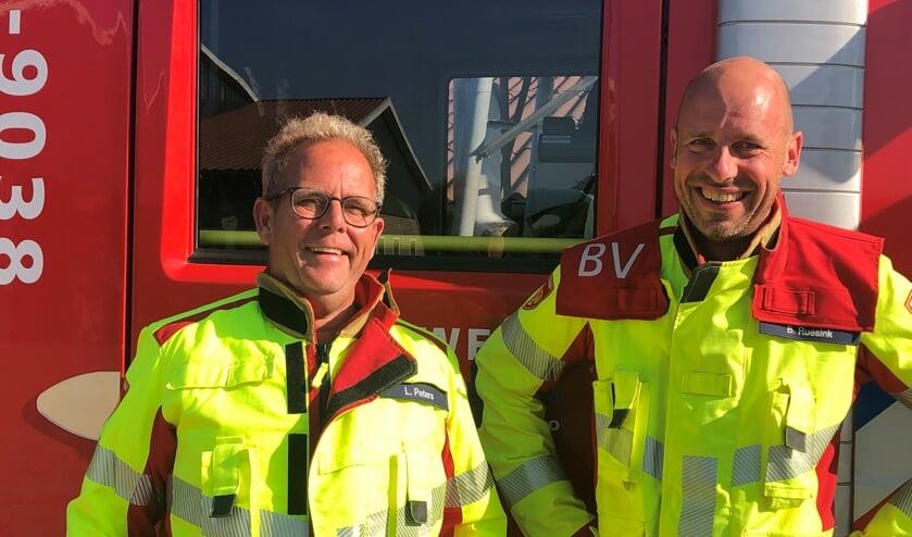 <p>Leo Paters (l) en Bert Ruesink namen tijdens een speciale oefenavond afscheid van de Brandweer. Foto: PR</p>