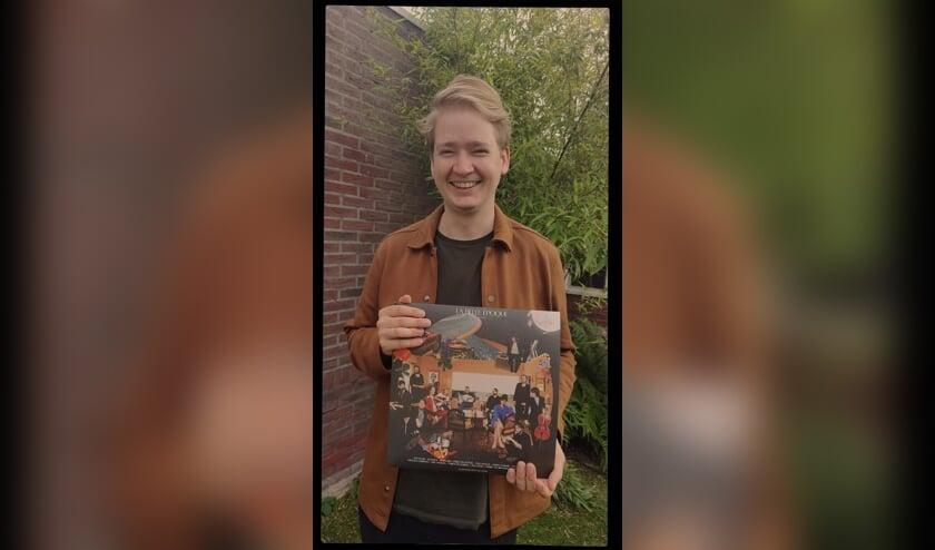 <p>Tom Broshuis met de LP die hij produceerde en zelf op meespeelde. Eigen foto</p>