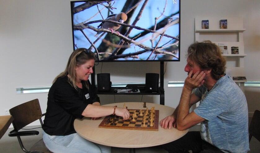 <p>Minette Korterink en Hans Grooters nemen het tegen elkaar op; die laatste geeft vanaf 8 oktober zes schaaklessen. Foto: PR</p>