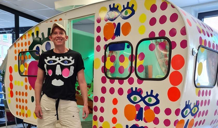 <p>De opgepimpte caravan met kunstenaar Diederik Verbakel. Foto: PR</p>