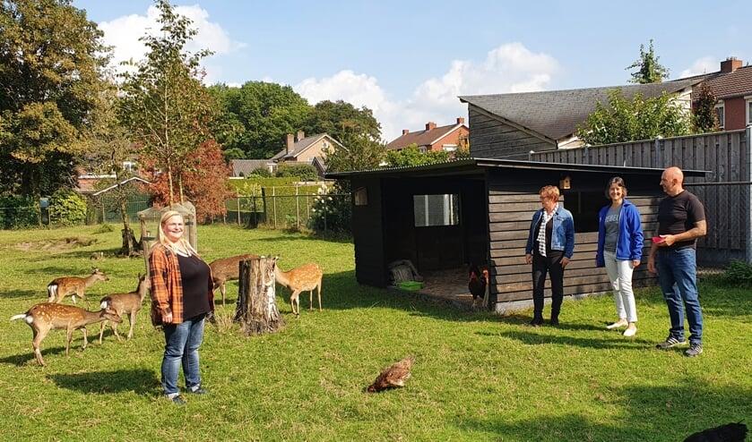 <p>Mandy (geheel links) en Carlo van den Berg (geheel rechts) met in het midden Mireille Koster (links) en Paulien Boverhof in het dierenparkje waar de twee hinden hun plekje inmiddels hebben gevonden en verworven. Foto: Henri Walterbos</p>