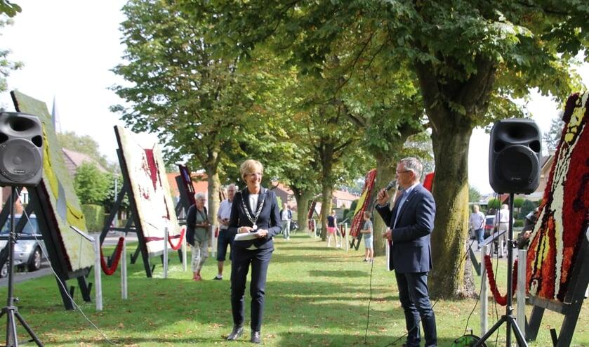 Burgemeester Bronsvoort en SBL-voorzitter Herman ter Haar openen de Dahlia Kunstobjectenroute 2021. Foto: Annekée Cuppers