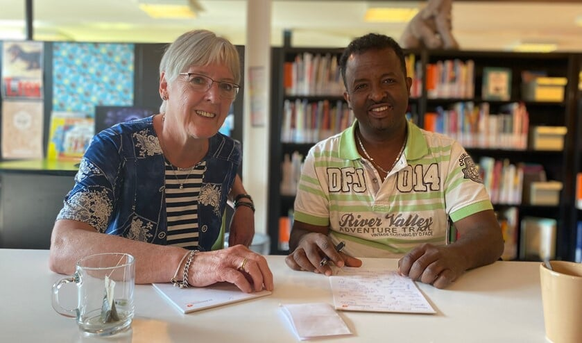 """Gerda helpt Tesfalem elke week met zijn taalvraag: """"Hoe vraag ik in de supermarkt waar iets ligt?"""" Foto: Karin van der Velden"""