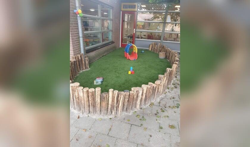 <p>Kinderen en medewerksters zijn blij met de nieuwe buitenruimte. Foto: PR</p>